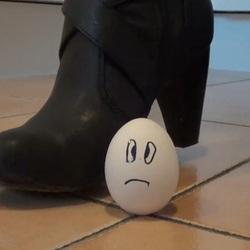 Crushing: 2 Eier werden zerquetscht (Use - Lara-CumKitten
