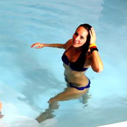 Mitten im Schwimmbad gefickt, Freistoß f - Annabel-Massina