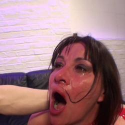 fremde fotze angespuckt und vollgerotzt - pornorama-xxx