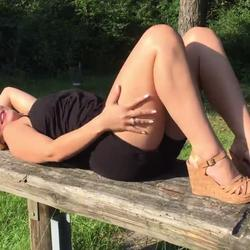 Outdoor-Fick auf Picknicktisch - TatjanaYoung