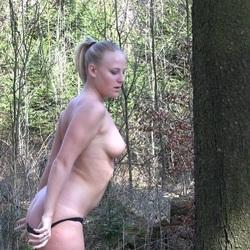 Heimlich im Park gefingert - Voyeur scha - Lara-CumKitten