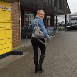 In den Einkaufswagen vom Discounter gepi - Lara-CumKitten